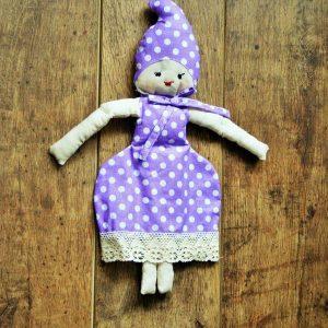 Turbános baba lila ruhában