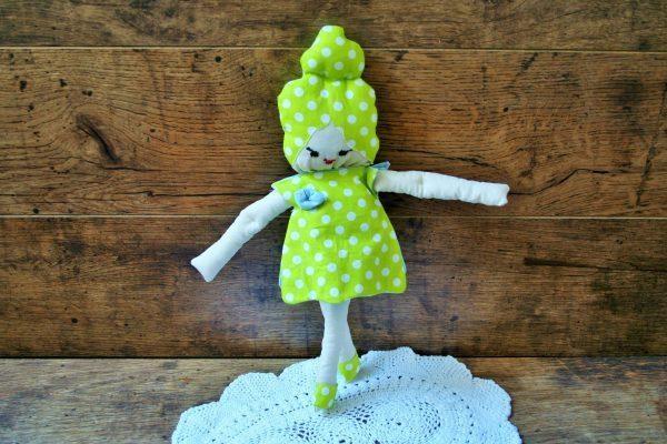 Turbános baba zöld ruhában
