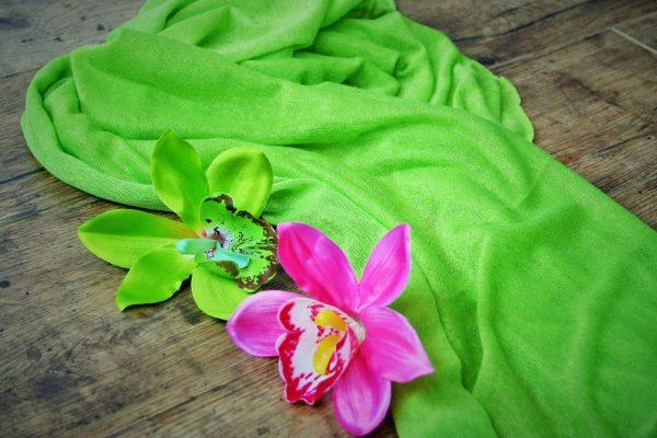 Bugyoláló kendő orchideával