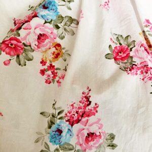 Vanda rózsás kötényruha, napozó és fodros bugyi