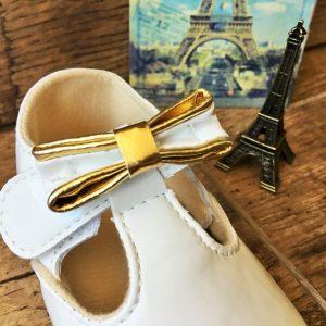 fehér lakk kocsicipő aranyozott masnival keresztelőre