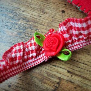 Kockás szalagos fejpánt virággal piros fehér
