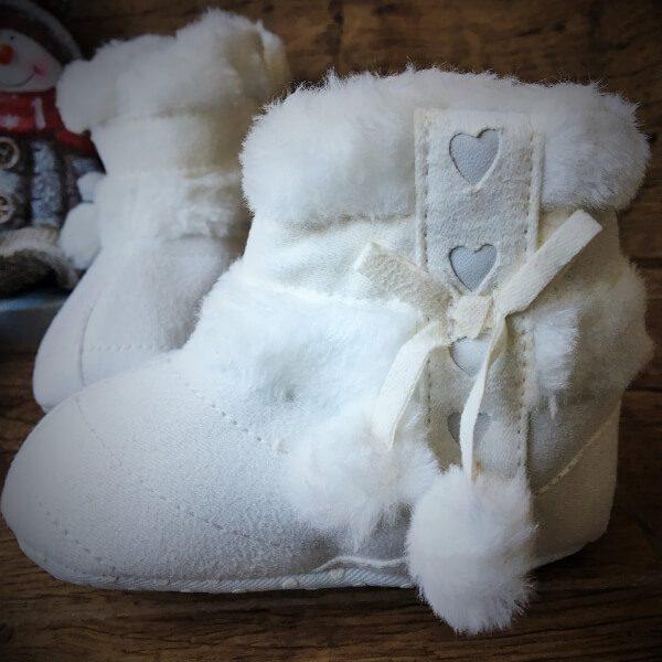 fehér szőrös pomponis csizma babáknak