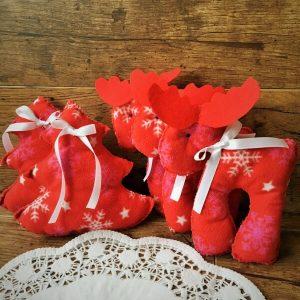 Karácsonyi fenyő és szarvas piros
