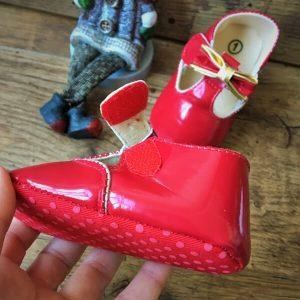 piros lakk kocsicipő arany masnival