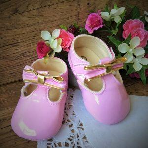 Rózsaszín lakk kocsicipő arany masnival