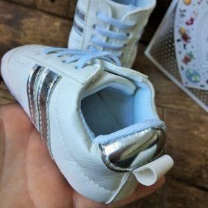 fehér kocsicipő ezüst csíkkal