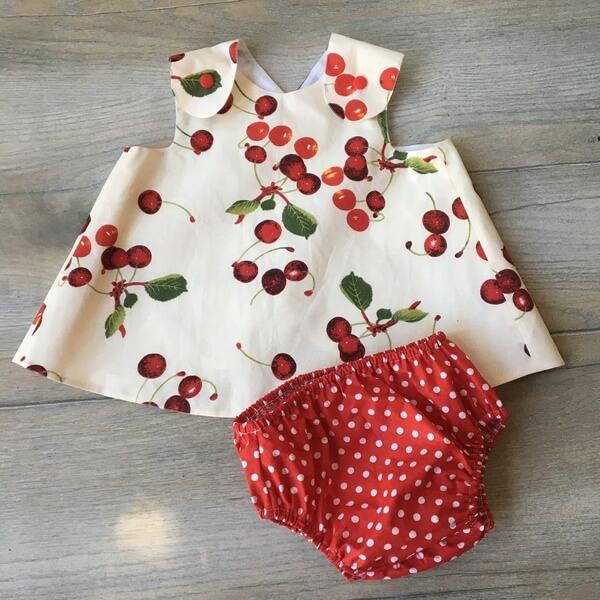cseresznyemintás kötényruha bugyival